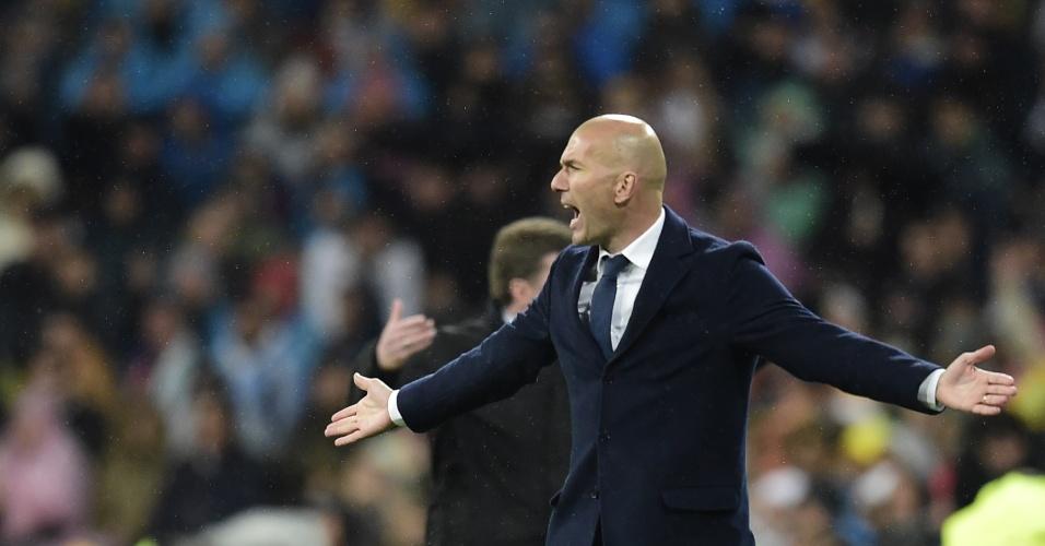 Zidane reclama na partida entre Real Madrid e Wolfsburg pela Liga dos Campeões