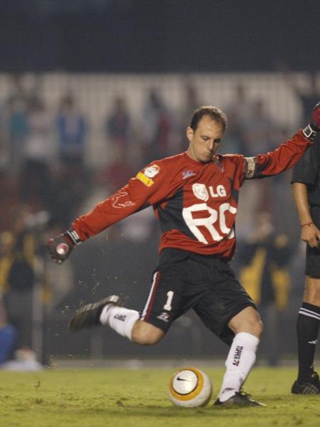 Rogério Ceni cobra falta contra o Tigres, pela Libertadores, em 2005 - Foto Jorge Araujo/Folha Imagem/digital