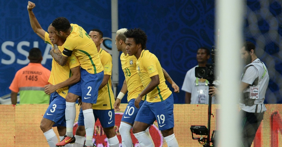 Miranda comemora gol marcado no primeiro minuto de jogo da seleção brasileira