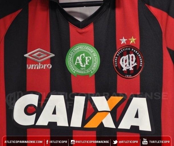 Camisas do Atlético-PR trazem o emblama da Chapecoense no peito para a partida contra o Flamengo