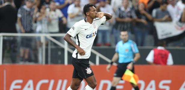 Jô marcou os três gols do Corinthians em clássicos disputados neste ano