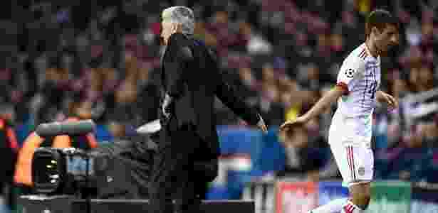 Ancelotti cumprimenta Muller depois de substituir atacante contra o PSG - Franck Fife/AFP - Franck Fife/AFP