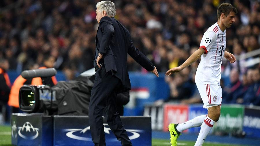 Ancelotti cumprimenta Muller depois de substituir atacante em jogo - Franck Fife/AFP