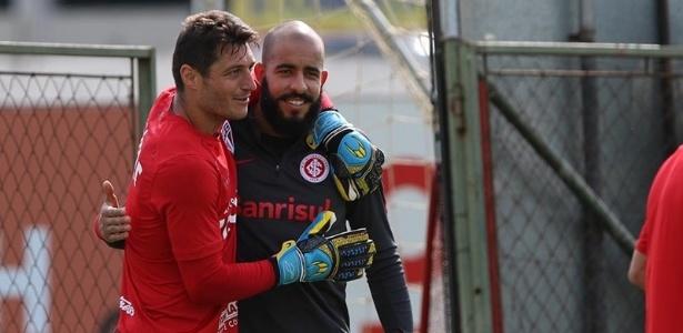 Denis encontra o goleiro Danilo, do Internacional, antes do treino desta quinta-feira, em Porto Alegre - Rubens Chiri / saopaulofc.net