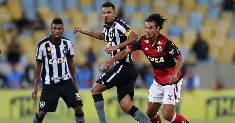 Willian Arão e Rodrigo Lindoso em lance de Flamengo x Botafogo, pela semifinal da Taça Rio