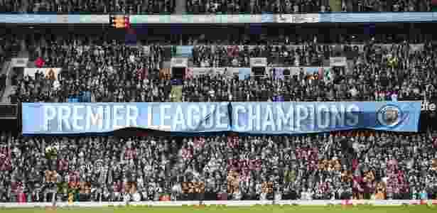 Torcida do Manchester City estende faixa para comemorar título do Campeonato Inglês - Oli SCARFF/ AFP PHOTO  - Oli SCARFF/ AFP PHOTO