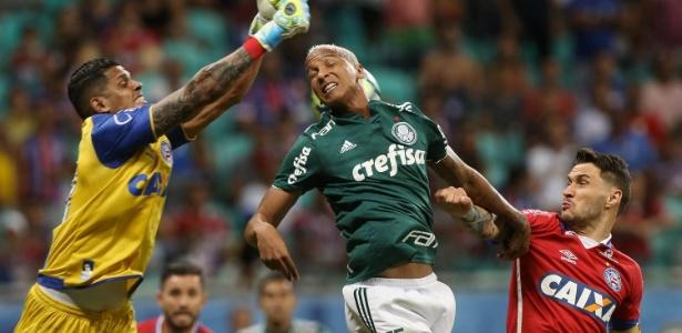 Deyverson foi expulso após dar cotovelada em Mena contra o Bahia