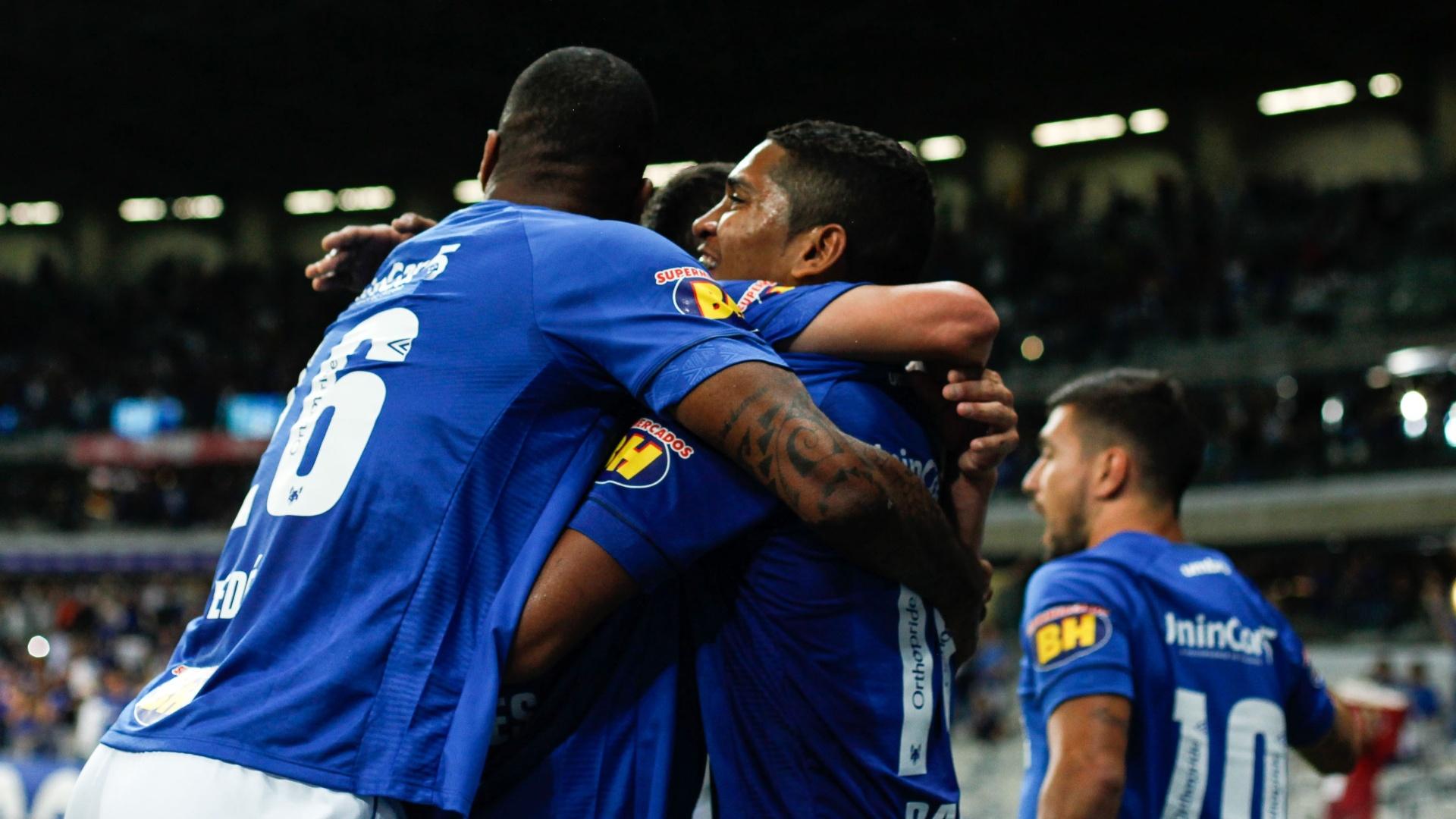 Jogadores do Cruzeiro comemoram gol de Raniel sobre o Fluminense