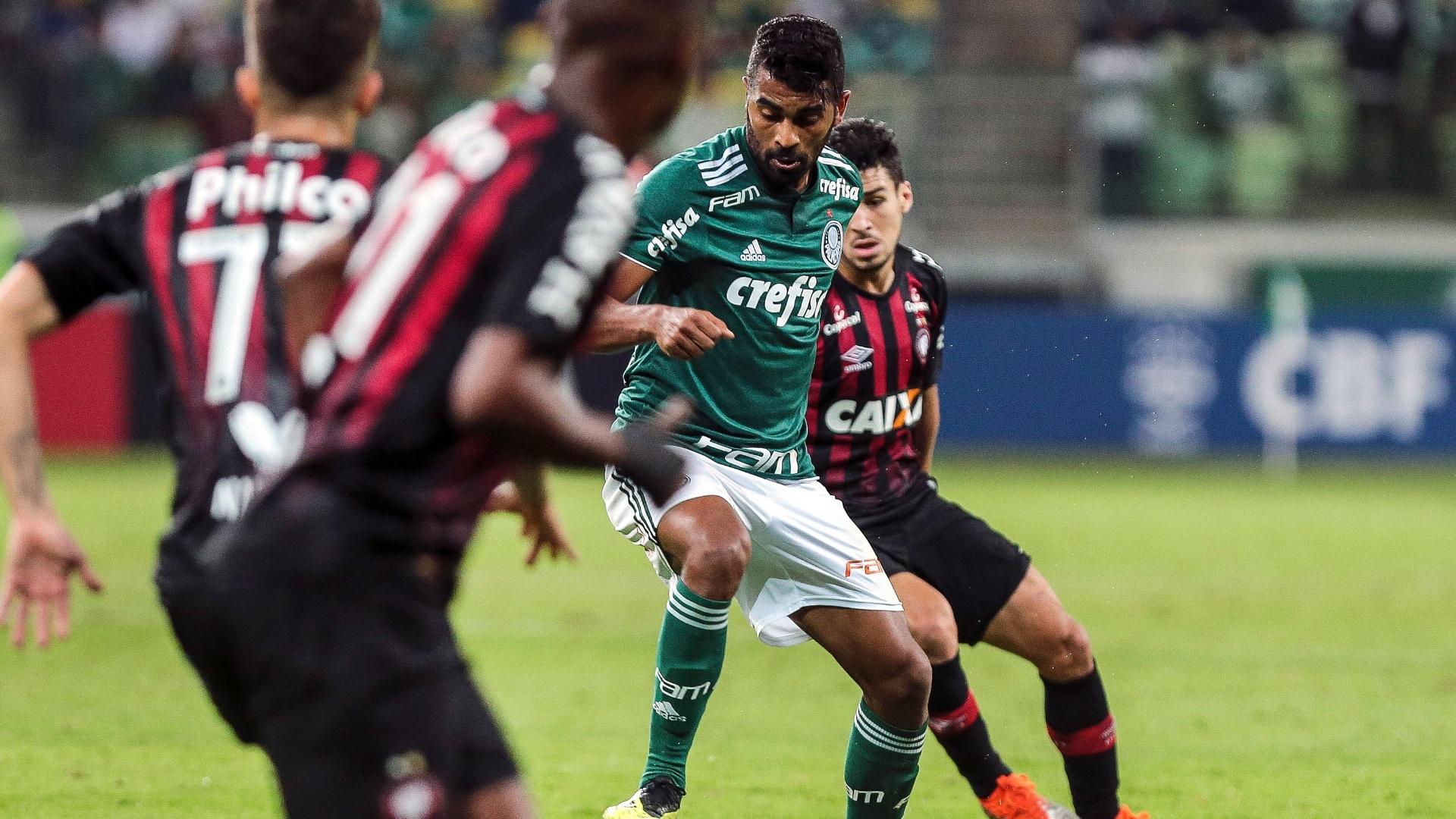 Thiago Santos tenta trabalhar em meio aos adversários durante Palmeiras x Atlético-PR