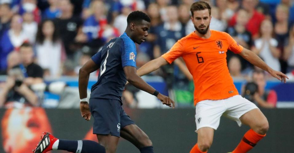 Paul Pogba, da França, disputa a bola com o holandês Davy Propper no duelo entre França e Holanda pela Liga das Nações