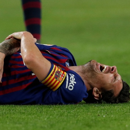 Messi grita de dor ao machucar o braço direito no jogo entre Barcelona e Sevilla - REUTERS/Albert Gea