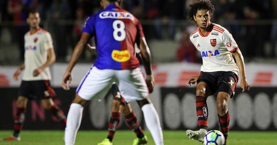O volante Willian Arão no jogo entre Paraná e Flamengo