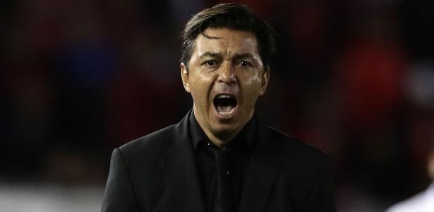 Marcelo Gallardo estava suspenso, mas manteve contato via rádio e foi ao vestiário - ALEJANDRO PAGNI / AFP