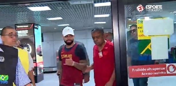 Gabigol desembarca no Rio de Janeiro para se apresentar ao Flamengo