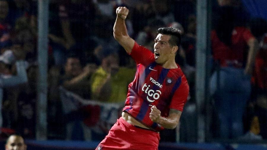 Victor Caceres comemora gol do Cerro Porteño sobre o Atlético-MG - Andrés Cristaldo/EFE