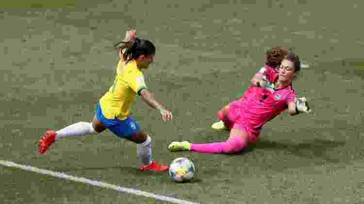 Sydney Schneider, goleira da Jamaica, sai para impedir finalização de Debinha - Emmanuel Foudrot/Reuters