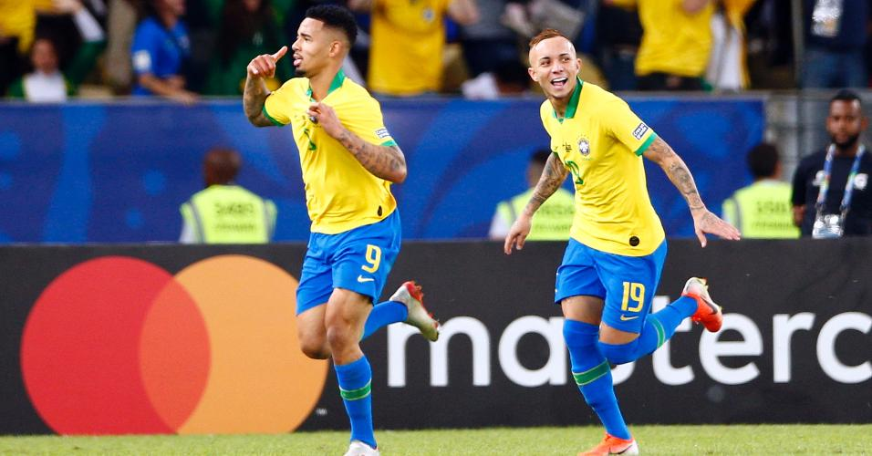 Gabriel Jesus e Éverton comemoram gol do Brasil contra o Peru