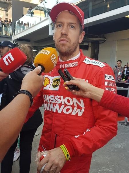 Vettel com a pulseira em homenagem a Senna, pouco depois do treino deste sábado - UOL Esporte