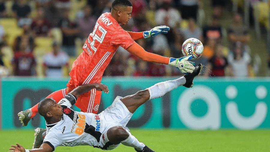Caiu bem? Flamengo estreou uniforme de goleiro em jogo contra o Vasco