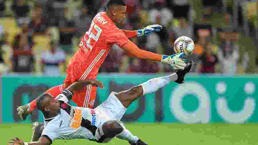 Gabriel Batista, do Flamengo, sai para fazer a defesa, pressionado por Ribamar, do Vasco - Thiago Ribeiro/AGIF