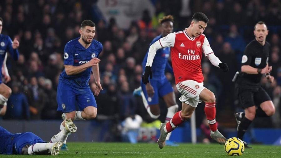 Gabriel Martinelli carrega a bola antes de marcar golaço contra o Chelsea, eleito o mais bonito da temporada do Arsenal - Daniel Leal-Olivas/AFP