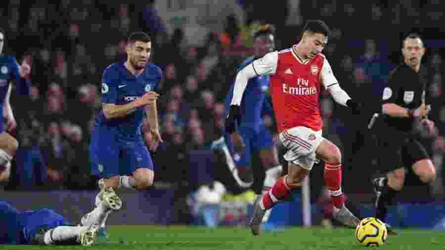 Gabriel Martinelli carrega a bola antes de marcar um golaço contra o Chelsea - Daniel Leal-Olivas/AFP