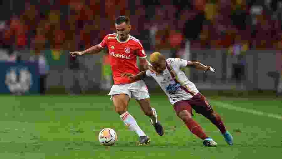 Uendel disputa jogada com atleta do Tolima em partida do Inter pela Libertadores - Ricardo Duarte/Inter