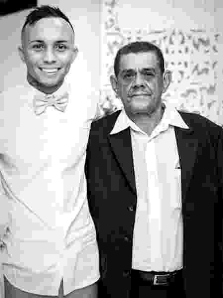 Everton acompanhado pelo avô, que morreu vítima de coronavírus - Reprodução