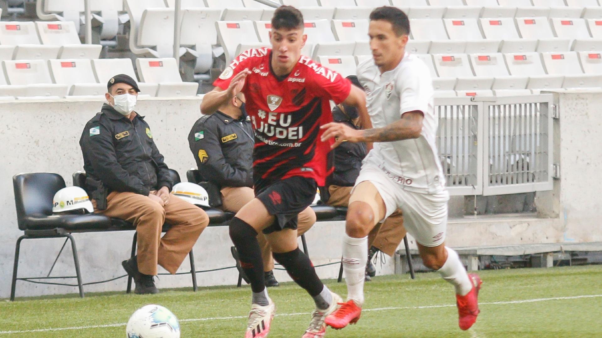 Pedrinho, do Athletico, disputa lance com Dodi, do Fluminense