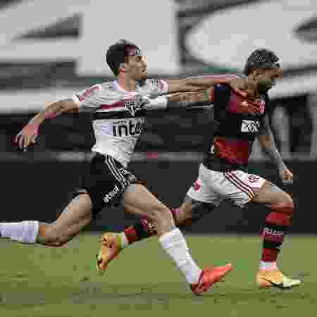 Igor Gomes e Gabigol disputam a bola na partida entre Flamengo x São Paulo, pela Copa do Brasil  - André Mourão/Foto FC/UOL