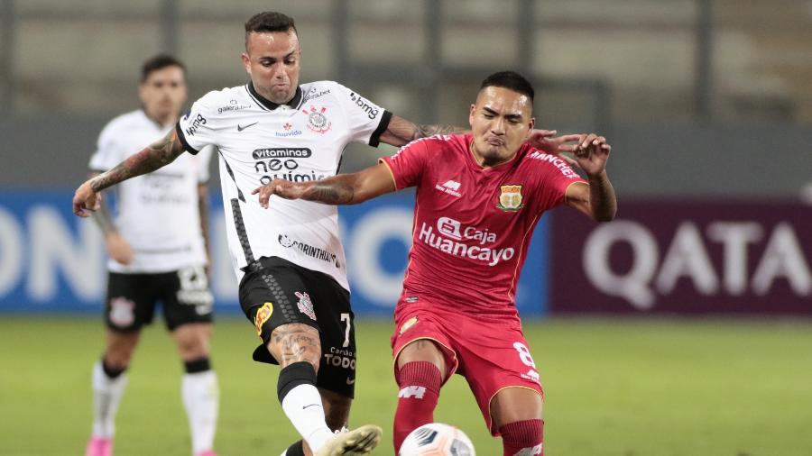 Luan disputa bola com jogador do Sport Huancayo, em vitória do Corinthians na Sul-Americana - Rodrigo Coca/Agência Corinthians