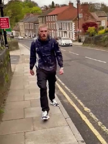 Vídeo mostra McBurnie vestido com calça de treino do Sheffield e indo em direção à torcedor do Leeds - Reprodução/Twitter/@JwVernon