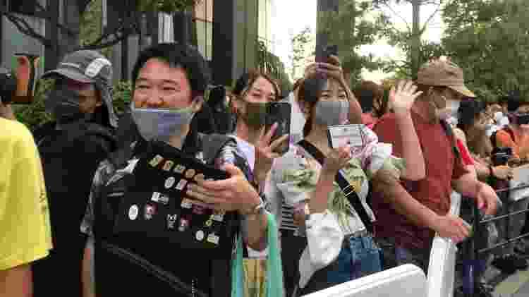 Fãs japoneses acenaram para os credenciados olímpicos antes de cerimônoa de abertura - UOL - UOL