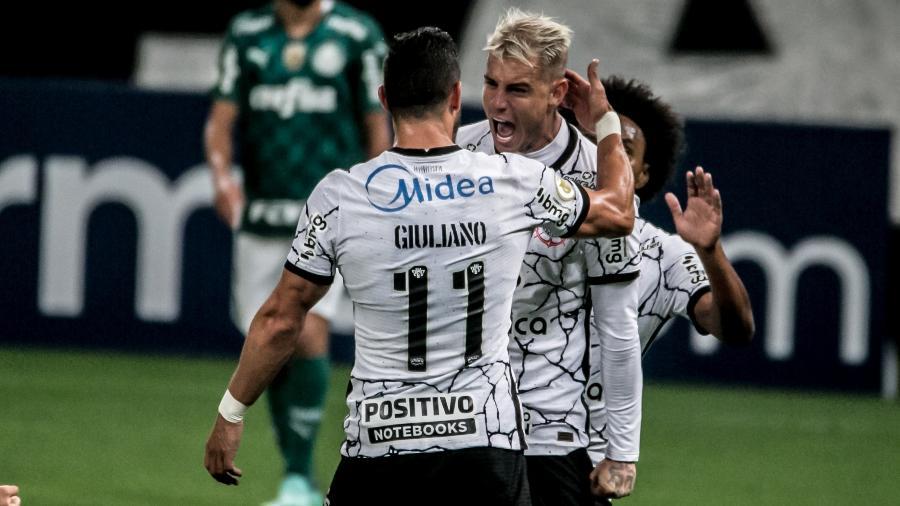 Roger Guedes comemora o seu gol com Giuliano no clássico entre Corinthians e Palmeiras, pela 22ª rodada do Brasileirão - DANILO FERNANDES/ESTADÃO CONTEÚDO