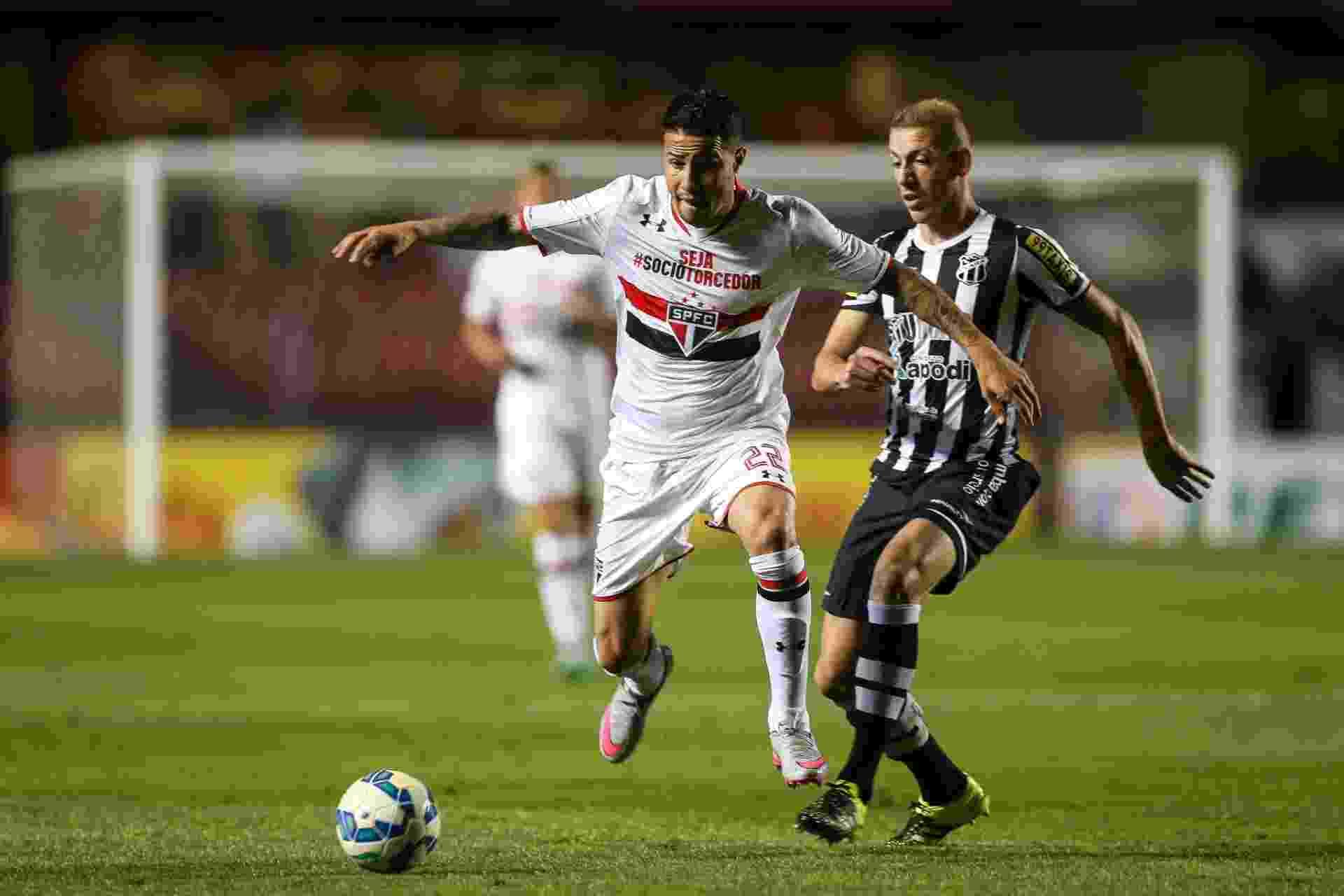 Bruno tenta proteger a bola do adversário em duelo contra o Ceará - Julia Chequer/Folhapress
