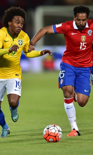 Willian disputa bola com o chileno Jean Beausejour no duelo entre Chile e Brasil pelas Eliminatórias Sul-americanas para a Copa do Mundo de 2018