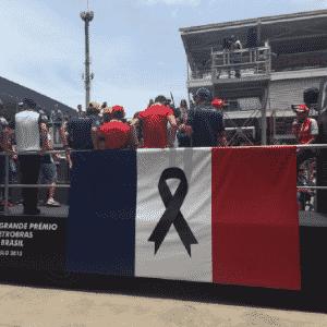 Fórmula 1 presta homenagem a mortos na França com bandeira em caminhão no desfile dos pilotos - Reprodução