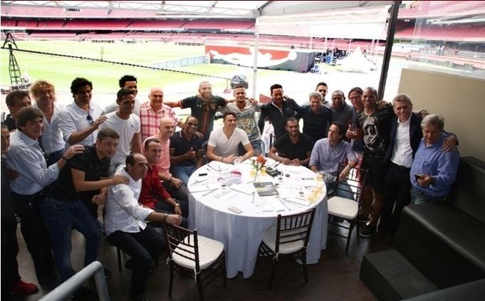 Ex-jogadores e amigos de Rogério Ceni posam para foto, em almoço no Morumbi, antes do jogo de despedida do goleiro
