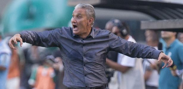 Tite gesticula à beira do gramado em Palmeiras x Corinthians: convidado pela seleção