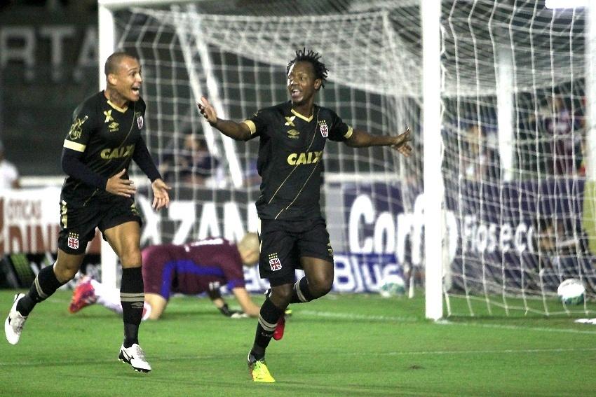 Andrezinho comemora gol do Vasco diante do Náutico em jogo pela Série B