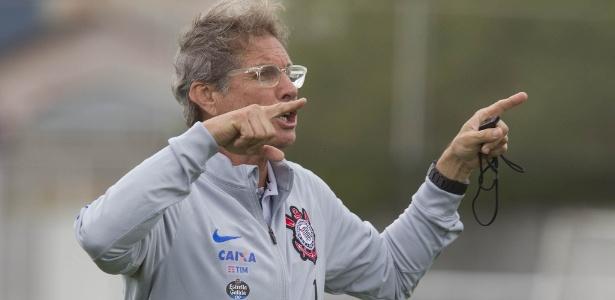 Oswaldo de Oliveira em preparação para enfrentar a Chapecoense, rival deste sábado