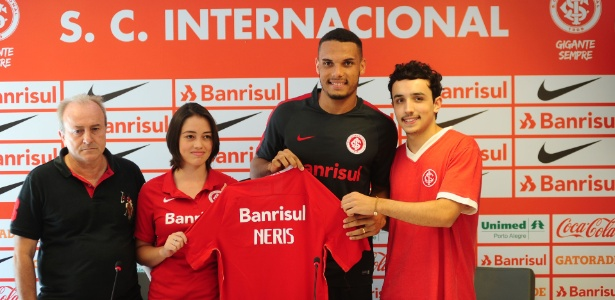 Sócios do Inter entregam camisa para zagueiro Neris em apresentação