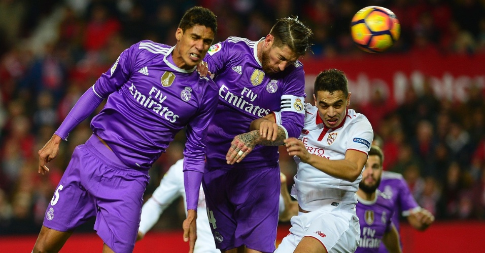 Sergio Ramos, zagueiro do Real Madrid, cabeceia a bola para o próprio gol na derrota por 2 a 1 para o Sevilla, pelo Campeonato Espanhol