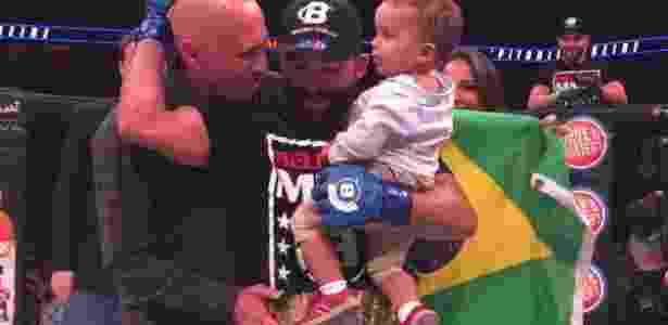 Pitbull recebeu o cinturão das mãos de Royce Gracie - Reprodução