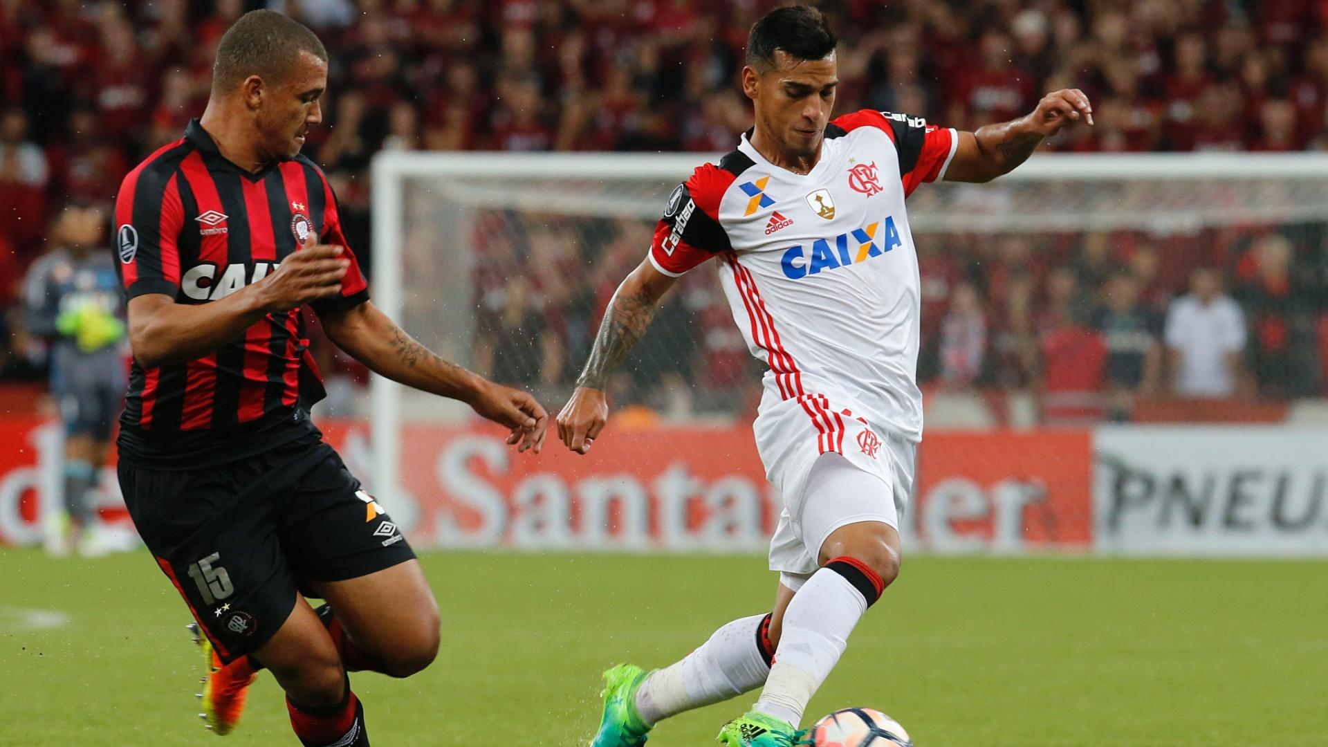 Trauco, do Flamengo, é acompanhado por Zé Ivaldo, do Atlético-PR
