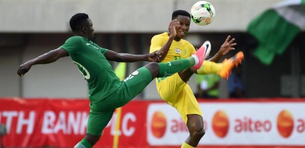 Zwane Themba, da África do Sul, disputa a bola com Oghenekaro Etebo, da Nigéria - Pius Utomi Ekpei/AFP