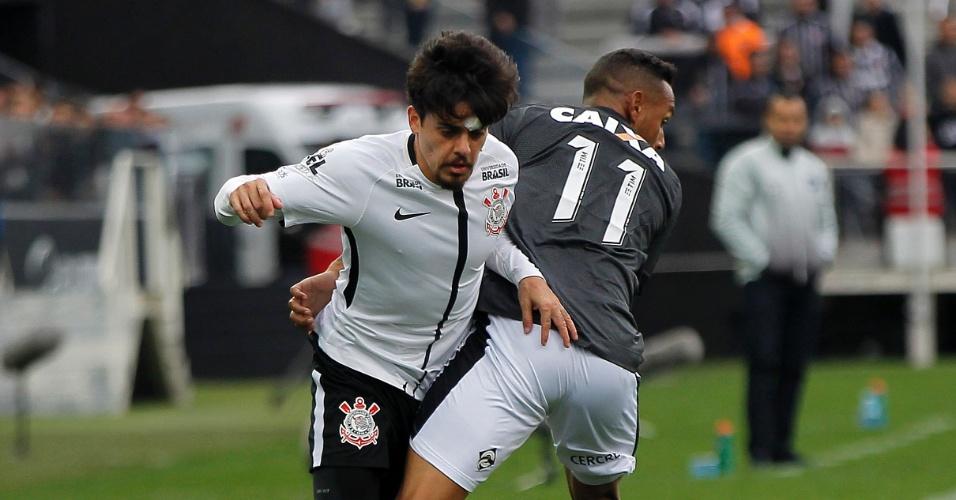 Fagner tenta superar a marcação de Gilson em Corinthians x Botafogo