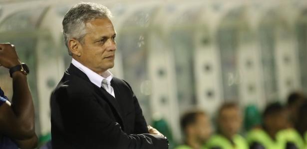Reinaldo Rueda observa a partida entre Flamengo e Chapecoense: empate sem gols