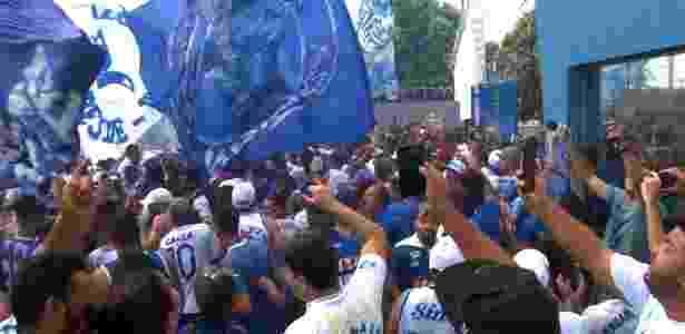 Centenas de torcedores compareceram à Toca antes do último treino da equipe celeste - Divulgação/TV Cruzeiro