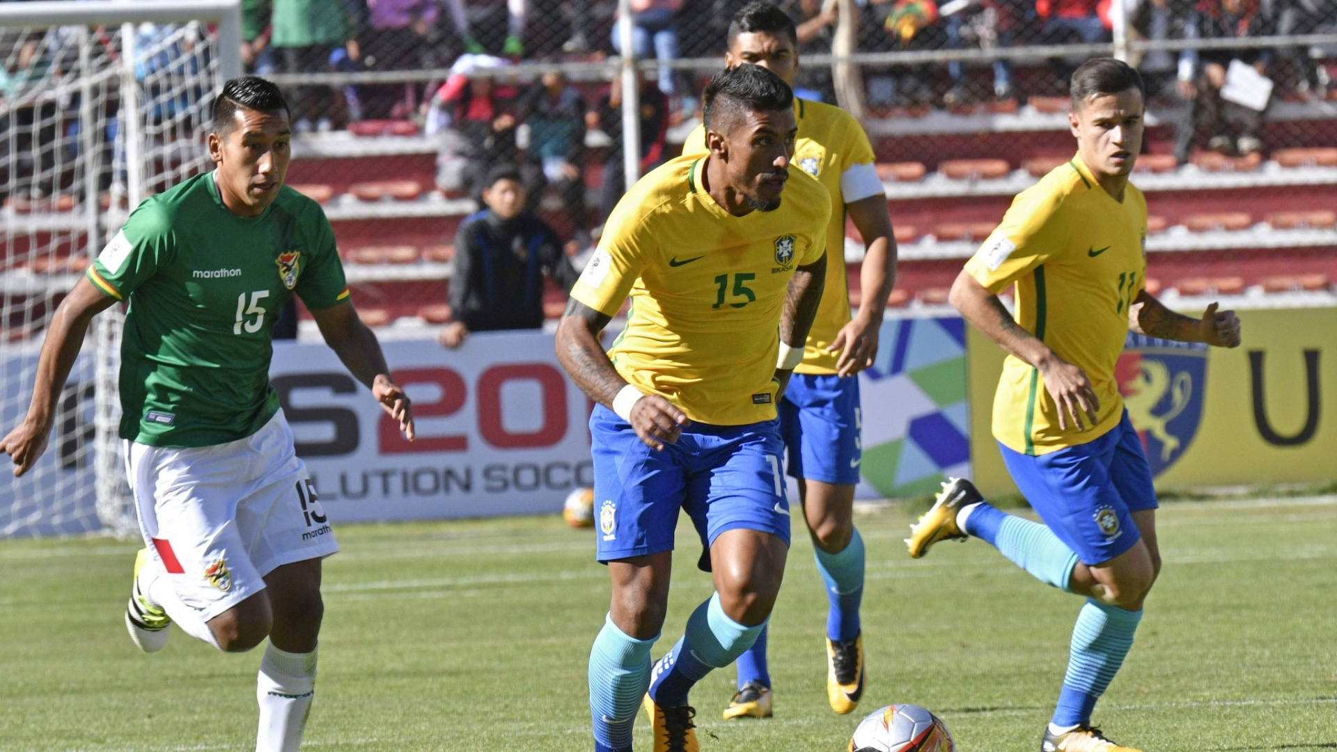 Paulinho carrega a bola durante a partida entre Brasil e Bolívia